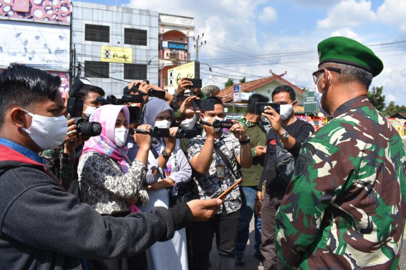 FOTO : Para Wartawan Saat Wawancarai Danrem 042/Gapu Kolonel Kav M. Zulkifli di Makorem, Jum'at (24/04/20)