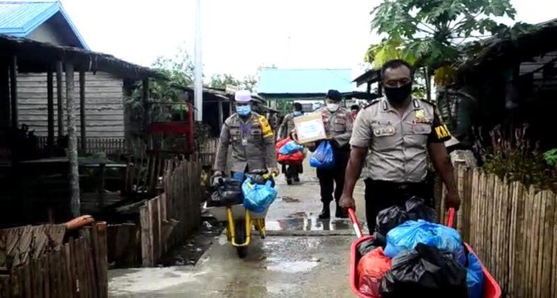 FOTO : Kapolres Tanjab Barat AKBP Guntur Saputro, SIK, MH saat Menyerahkan Bantuan Untuk Warga Desa Suak Labu, Kecamatan Kuala Betara, Sabtu (25/04/20)