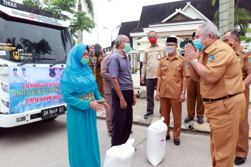 FOTO : Bupati Tajab Barat H. Safrial saat Launching Bantuan Sembako bagi Masyarakat Terdampak Wabah Virus Corona atau Covid-19 di Alun-Alun Kota Kuala Tungkal Senin (27/04/20).