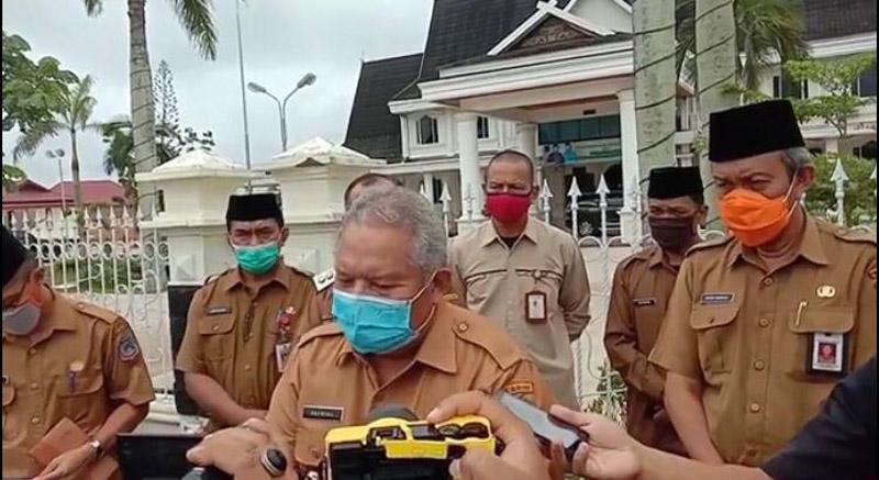 FOTO : Bupati Safrial Saat Acara Launching Bantuan Sosial (BANSOS) di Alun-alun Kuala Tungkal, Senin (27/04/20)