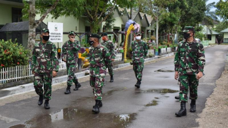 FOTO : Danrem Kolonel Kav. M Zulkifli saat Kunjungan ke Batalyon Infanteri (Yonif) Raider 142/KJ di Pall 2 Kasang, Kota Jambi, Kamis (30/04/20).