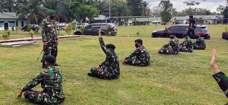 FOTO : Koandan Korem 042/Gapu, Kolonel Kav M. Zulkifli Saat Memberikan Arahan Kepada Personial B Yonif Raider 142 KJ di Kabupaten Tebo, Kamis (30/04/20)