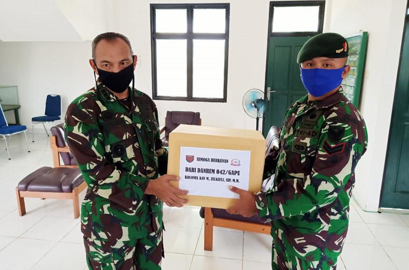 FOTO : Korem 042/Gapu, Kolonel Kav M. Zulkifli, S.IP, MM Saat Kunjungan ke Kompi Senapan A Yonif Raider 142/KJ di Kabupaten Sarolangun, Sabtu (02/05/20)