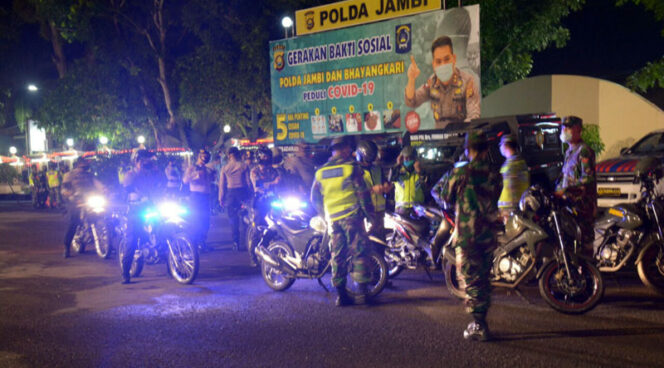 FOTO : Polda Jambi bersama Korem 042/Gapu tadi malam melaksanakan Patroli bersama, Sabtu (02/05/20)