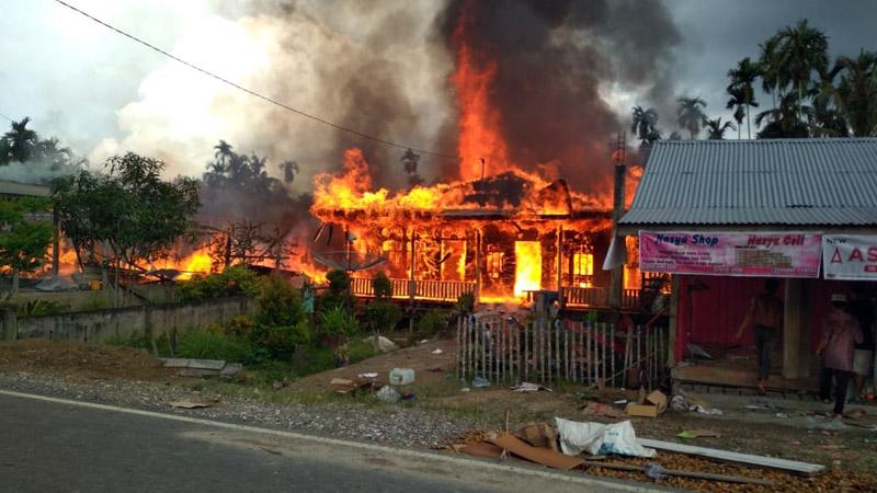 FOTO : Peristiwa kebakaran melanda rumah warga di Parit Kerbau, RT 07, Desa Bunga Tanjung, Kecamatan Betara, Kabupaten Tanjung Jabung Barat, Minggu (03/05/20)