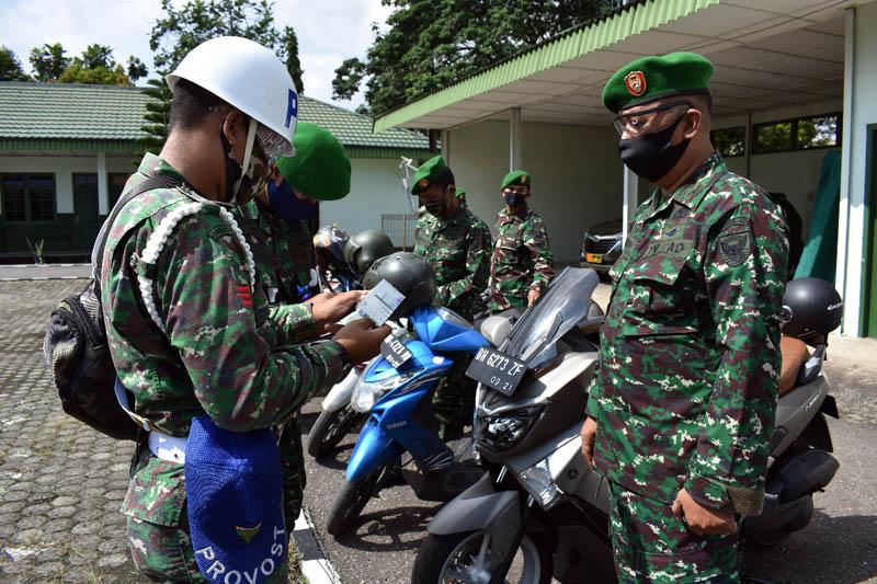 Korem 042/Gapu Jambi menggelar pemeriksaan seluruh dokumen Kendaraan Dinas dan Kendaraan Pribadi baik roda dua maupun roda empat tanpa terkecuali yang dimiliki oleh seluruh Personil Makorem 042/Gapu/Gambar.Dok.Kapenrem, (04/05/20).