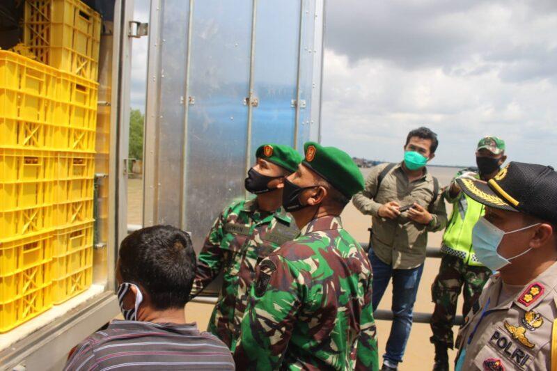 FOTO : Kapolres Tanjab Barat AKBP Guntur Saputro saat Mendampingi Danrem 042 Gapu Jambi meninjau Posko Covid-19 di Pelabuhan Roro Kuala Tungkal, Kamis (07/05/20).
