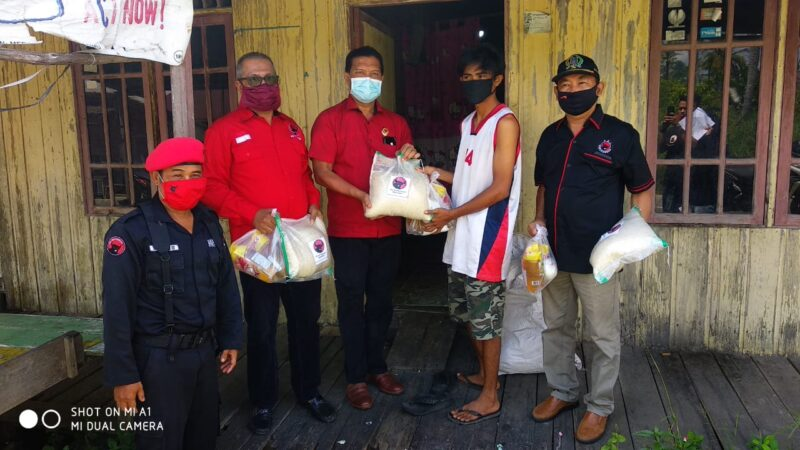 FOTO : Ketua DPC PDIP Tanjab Barat Mulyani Siregar, SH sekaligus Ketua DPRD Tanjab Barat Saat Mengabtarkan Paket Sembako ke Warga, Senin (11/05/20)