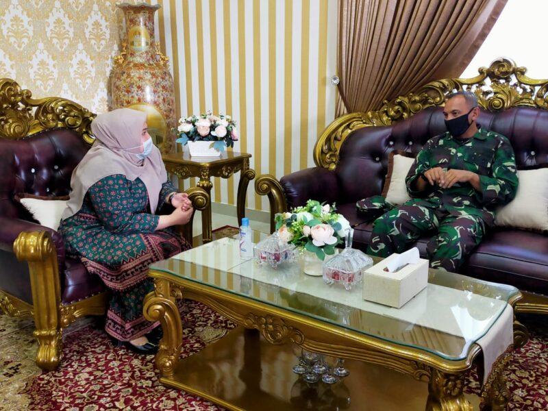 FOTO : Komandan Korem 042/Garuda Putih Kolonel Kav M. Zulkifli bersama Bupati Muaro Jambi Hj. Masnah Busyro Bahas Penanganan Covid-19di Kabupaten Muaro, Kamis (14/05/20)