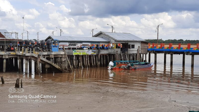 FOTO : Aktivitas Pelabuhan Hanya Tampak Beberapa Speedboad Saja yang Bersandar di Pelabuhan H. Abas Kuala Tungkal, Sabtu (16/05/20)