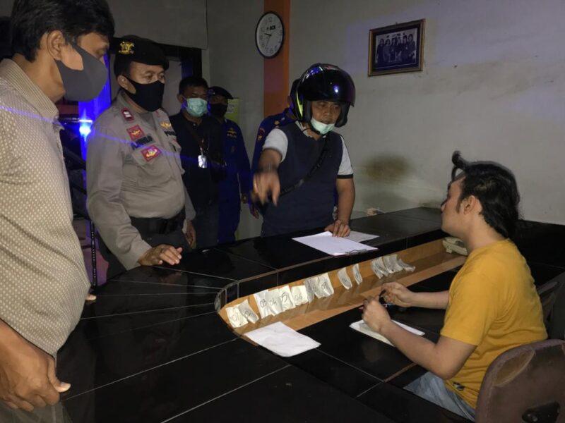 FOTO : Tim Petir Polres Tanjab Barat Melakukan Razia di Salah Satu Hotel di Wilayah Kecamatan Tungkal Ilir, Kabupaten Tanjab Barat, Rabu (16/05/20).