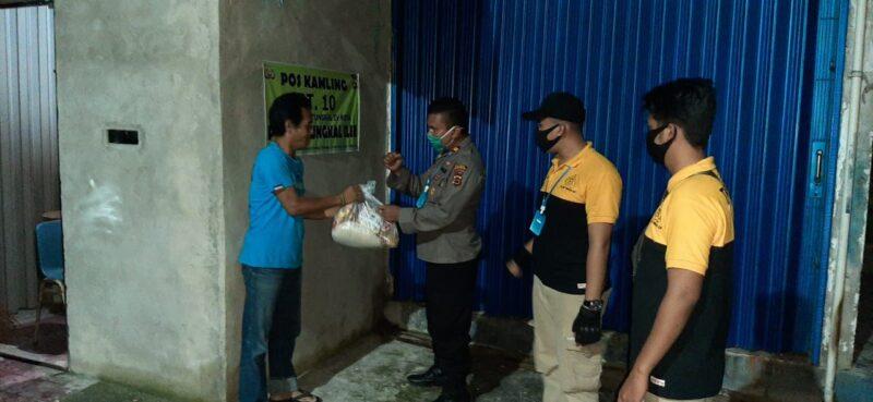 FOTO : Kapolsek Tungkal Ilir IPTU Agus A Purba, SH, MH Menyambagi dan Memberikan Bantuan Sembako Petugas Pos Pos Kamling, Sabtu malam Minggu (16/05/20).