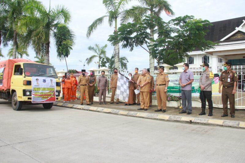 FOTO : Bupati Tanjung Jabung Barat Dr. H. Safrial Saat Lunching apaket Sembako Murah atau Subsidi, Senin (18/05/20)