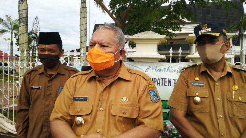 FOTO : Bupati H. Safril Saat Memberikan Keterangan Pers Usai Launching Pelepasan Sembako Murah Bersubsidi untuk Masyarakat Terdampak Covid-19 di Alun-Alun Kota Kuala Tungkal, Senin (18/05/20).