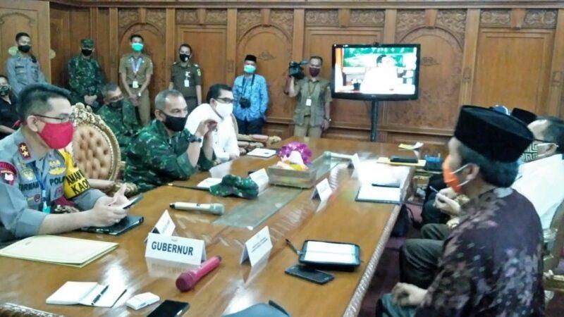 FOTO : Komandan Korem 042/Gapu Kolonel Kav M.Zulkifli dampingi Gubernur Jambi Fachrori Umar mengikuti Video Conference dengan Menkopolhukam Mahfud MD, diruang pola Gubernur Jambi, Senin (18/05/20)