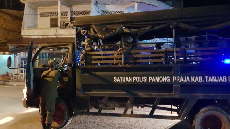 FOTO : Tim Satgas Himbauan Covid-19 Kabupaten Tanjung Jabung Barat Saat Melaksanakan Patroli Himbauan Keliling Kota Kuala Tungkal, Senin (18/05/20).