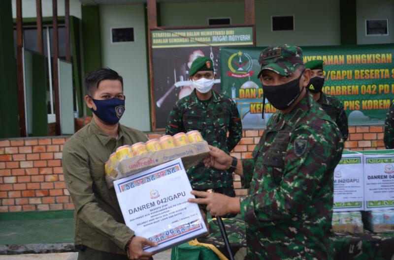 FOTO : Komandan Korem 042/Gapu Kolonel Kav M. Zulkifli saat Menyerahkan Bingkisan Lebaran Kepada Perwakilan Anggora dan Wartawan, Selasa (19/05/20)