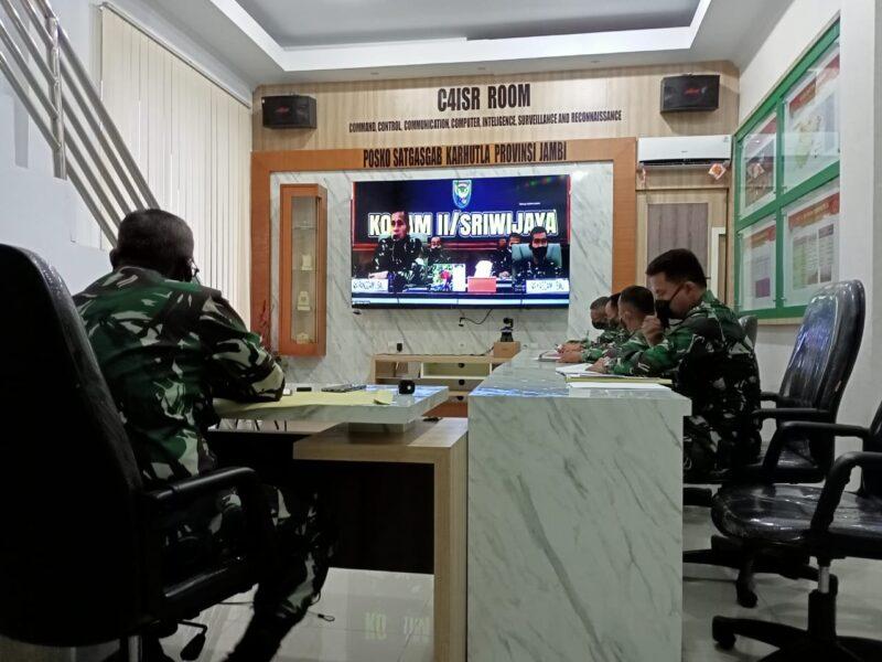 Danrem 042/Gapu Kolonel Kav M. Zulkuifli didampingi Pasi Intel, Pasi Ops, Pasi Pers dan Kapenrem mengikuti Video Conference dengan Pangdam II/SWJ di ruang C4ISR Makorem 042/Gapu, Rabu (20/05/20).