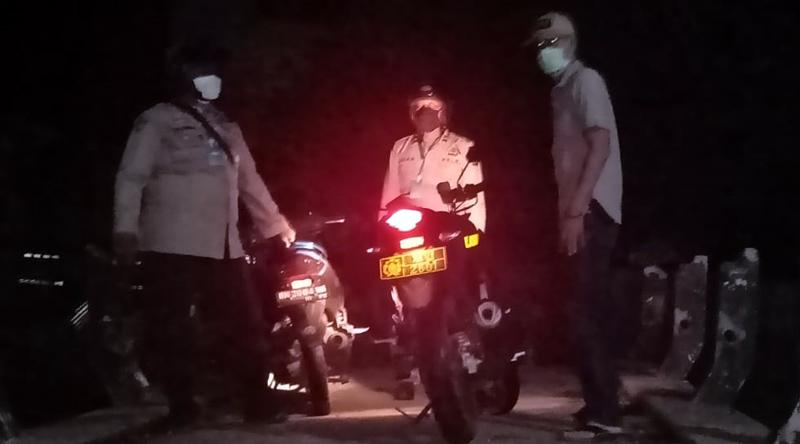 FOTO : Kasat Intel IPTU Edi Purnawan, SH saat Memimpin Patroli di Jembatan Pasar Tanggoraja Ilir, Jumat malam (21/05/20).