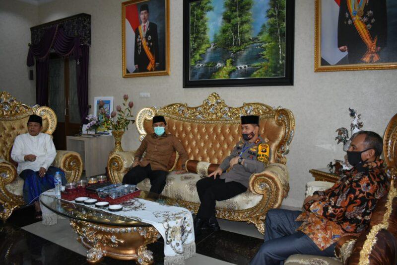 FOTO : Danrem 042/Gapu Kolonel Kav M. Zulkifli (kanan) saat Silaturahmi Hari Pertama Idul Fitri 1441 H di Rumah Dinas Gubernur Jambi, Minggu (24/05/20).