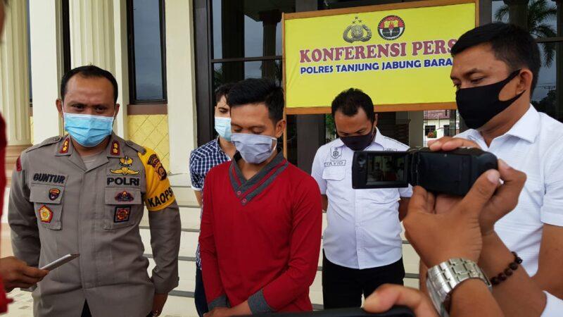 FOTO : HB Pelaku FB Fake di Mapolres Tanjab Barat Saat di Hadirkan dalam Pres Rilis Terkait Kasusnya, Rabu (27/05/20).