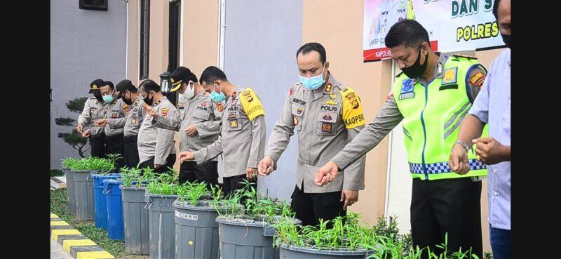 FOTO : Kapolres Tanjab dan Staf Dalam Kegiatan Budi Daya Lele dan Sayur di KRPL Mapolres, Rabu (27/05/20)