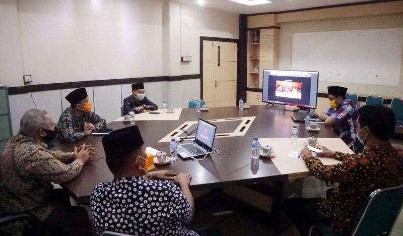 FOTO : Bupati Tanjab Barat Dr. H. Safrial ikuti kegiatan Halal Bi Halal Pemerintah Provinsi Jambi bersama Bupati/Walikota se-Provinsi Jambi secara digital atau Virtual, Kamis (28/05/20)