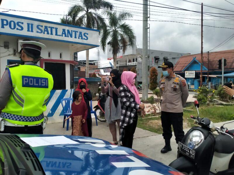FOTO : Sat Lantas Polres Tanjung Jabung Barat Saat Gelar Razia Pengawasan Kepatuhan Memakai Masker dan Tertib Lalu Lintas Menuju New Normal Massa Pandemi Covid-19, Jumat (29/05/20)
