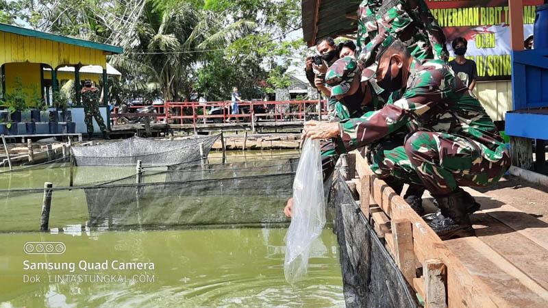 FOTO : Kasdam II/ Sriwijaya Brigjen TNI Mohammad Zamroni, S.IP Melakukan Tebar Benih Ikan dan Serahkan Bibit Tanaman Pangan di Kolam Ikan Kodim, Sabtu (30/05/20).