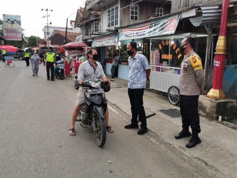 FOTO : Kapolres Tanjab Barat AKBP Guntur Saputro, SIK, MH bersama Team Satgas KKRYD Polres Tanjab Barat Saat Kegiatan Kepolisian Rutin Yang Ditingkatkan (KKRYD), Kamis (04/06/20).