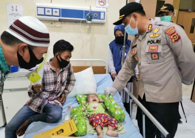 FOTO : Kapolres Tanjab Barat AKBP Guntur Saputro, SIK, MH Mengunjungi Febri (1), pasien penderita gizi buruk di RS RS KH. Daud Arif Kuala Tungkal, Jumat (05/06/20)