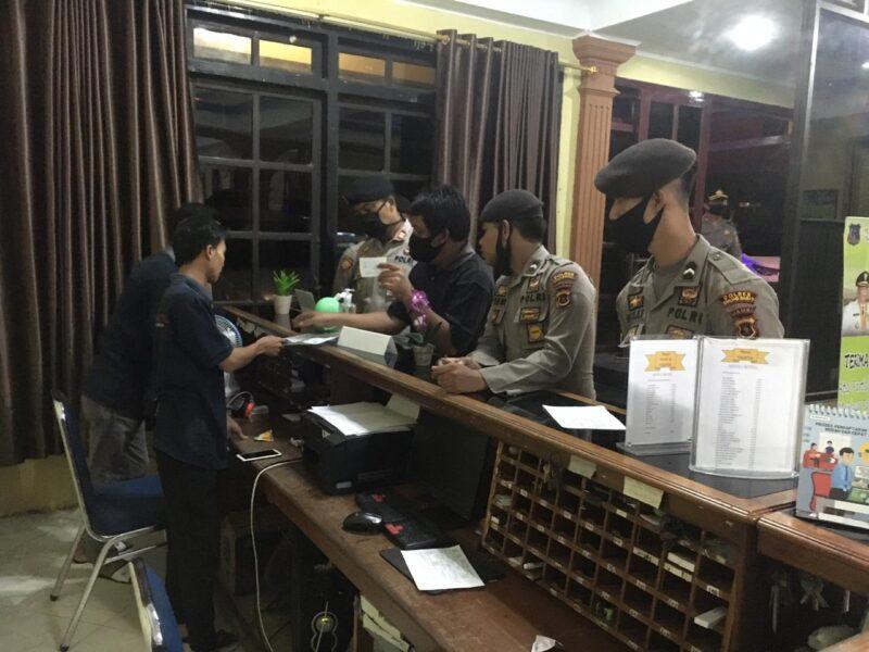 FOTO : Tim Gabunagn TNI-Polri melakukan kegiatan patroli cipta kondisi mendatangi hotel dan penginapan cek Penerapan Ptotokol kesehatan di Kota Kuala Tungkal, Sabtu (06/06/20).
