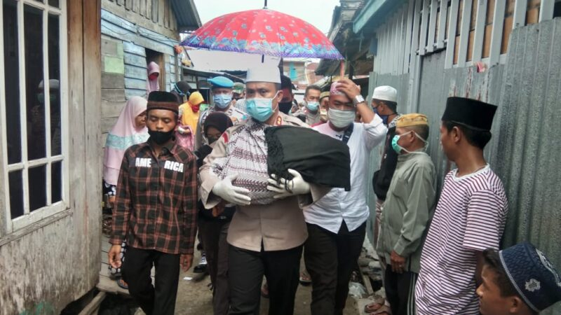 FOTO : Kapolres Tanjab Barat AKBP Guntur Saputro, SIK, MH mengendong Jenazah Febri Riyanty Menuju TPU jalan Balai Marga, Kelurahan Tungkal III, Minggu (07/06/20)