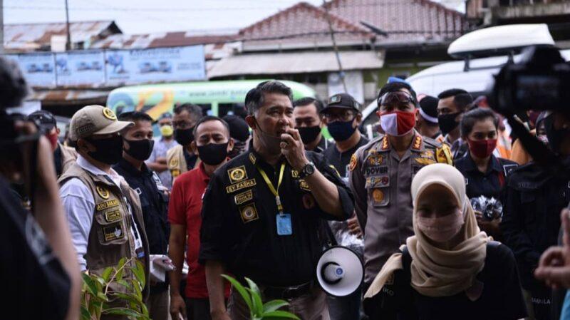 FOTO : Wali Kota Jambi bersama jajaran Forkompimda Kota Jambi laksanakan inspeksi penerapan protokol kesehatan pada beberapa Pasar Tradisional di wilayah Kota Jambi, Jumat (05/06/20).