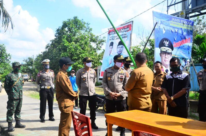 FOTO : Kapolres Tanjab Barat AKBP Guntur Saputo, SIK, MH Ketika Kunjungan di Desa Pematang Buluh, Kecamatan Batara, Senin, (08/06/20).