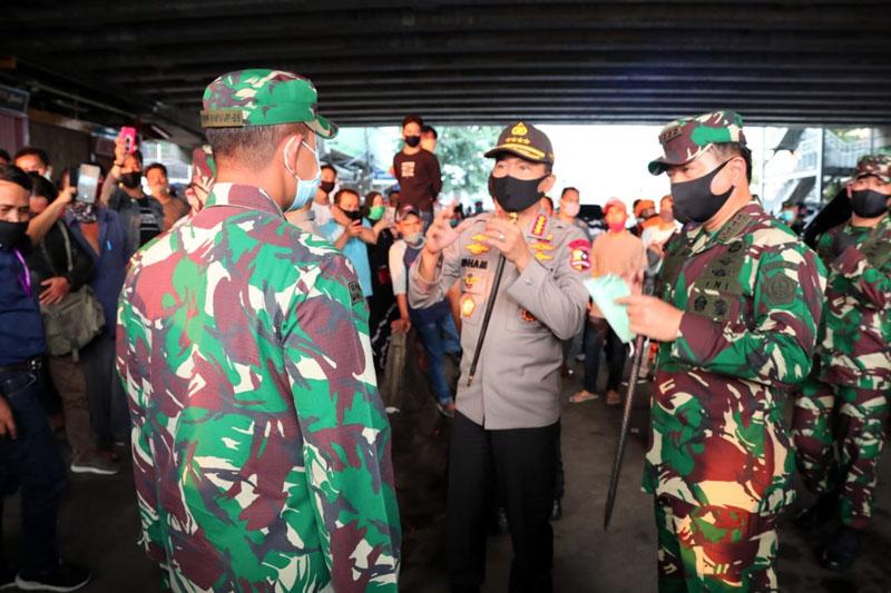 Kapolri Jenderal Polisi Idham Azis bersama Panglima TNI Marsekal TNI Hadi Tjahjanto meninjau Pasar Tanah Abang, Jakarta Pusat dan Bandara Soekarno Hatta. Sidak mendadak (Sidak) itu dilakukan pada, Kamis (11/06/20).