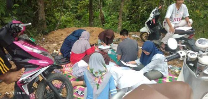 FOTO : Para Pelajar di Desa Tanjung Paku Kecamatan Merung, Kabupaten Tanjung Jabung Barat Tengah Belajar Daring Di Bukit.
