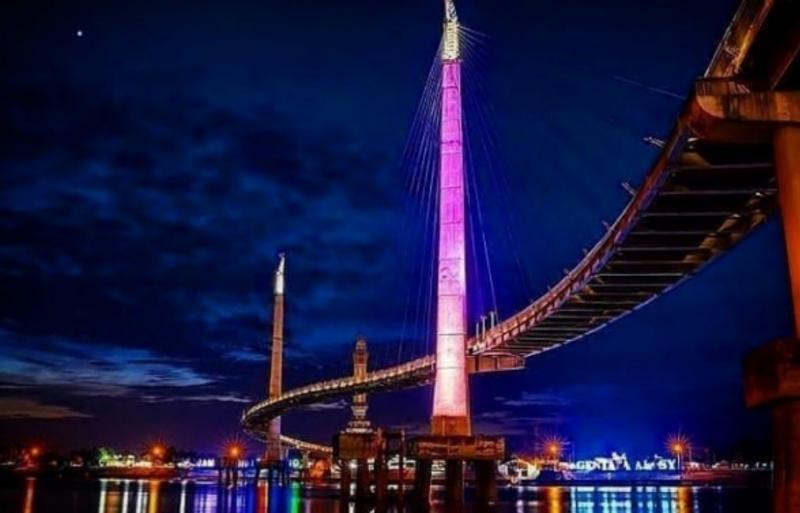 FOTO : Jembatan Gentala Arasy Bentuknya Meliuk Liuk seperti huruf S di Atas Sungai Batanghari Hanya Dikhususkan Bagi Pejalan Kaki