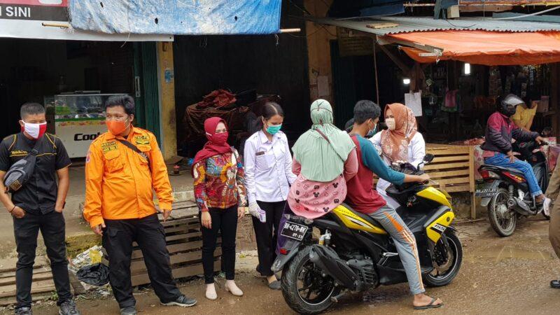 FOTO : Tim Gugus Tugas Covid-19 Tanjab Barat Memeriksa Suhu Tubuh Pengunjung Pasar Tanggaraja Ilir, Minggu pagi (21/06/20).