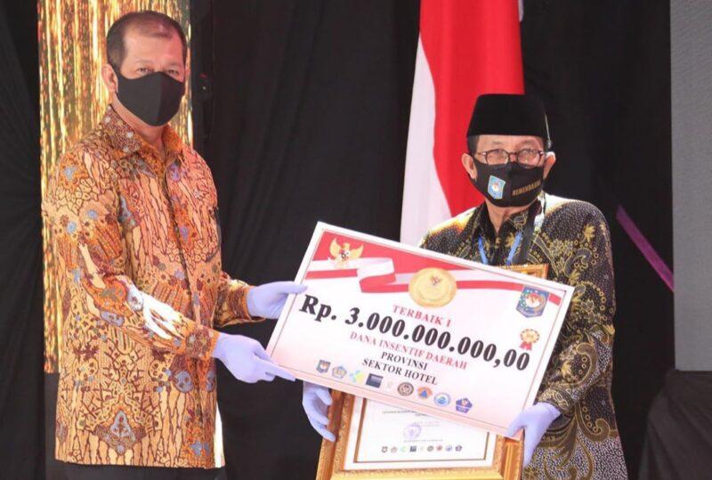 FOTO : Gubernur Jambi, H. Fachrori Umar di Gedung Sasana Bhakti Praja, Kementerian Dalam Negeri, Jakarta Pusat Saat Menerima Penghargaan, Senin (22/06/20).