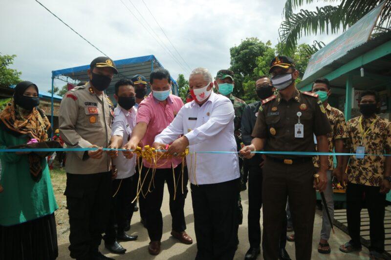 Bupati Tanjung Jabung Barat Dr. H. Safrial secara resmi tetapkan Desa Pematang Buluh, Kecamatan Betara sebagai Kampung Ampuh. FOTO Humas Setda, Rabu (24/06/20).