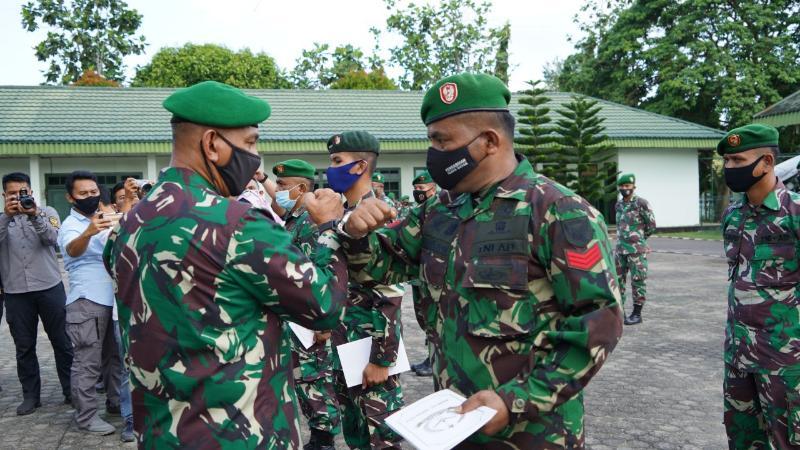 FOTO : Komandan KOREM 042/Gapu Brigjen TNI M. Zulkifli memimpin apel pelepasan pasukan Satgas Teritorial gelombang ke III yang akan diberangkatkan ke Papua, Kamis (25/06/20).