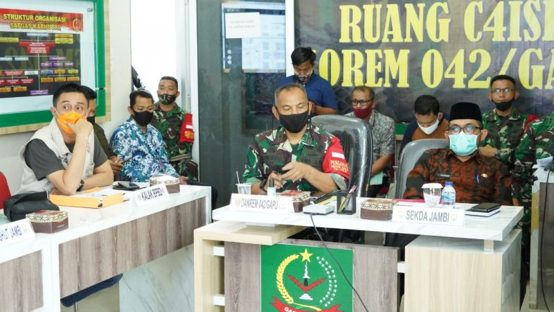 FOTO : Danrem 042/Gapu Brigjen TNI M. Zilkifli Pimpin Rapat Koordinasi Karhutla di ruang C4IRS Makorem 042/Gapu, Jumat (26/06/20).