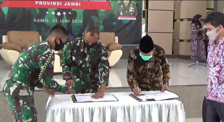 FOTO : Penandatnganan MoU oleh Danrem 042 Gapu Brigjen TNI M. Zulkifli bersama Kepala Kemenag Wilayah Provinsi Jambi, Muhammad di Aula Asrama Haji Jambi, Kamis (25/06/20).