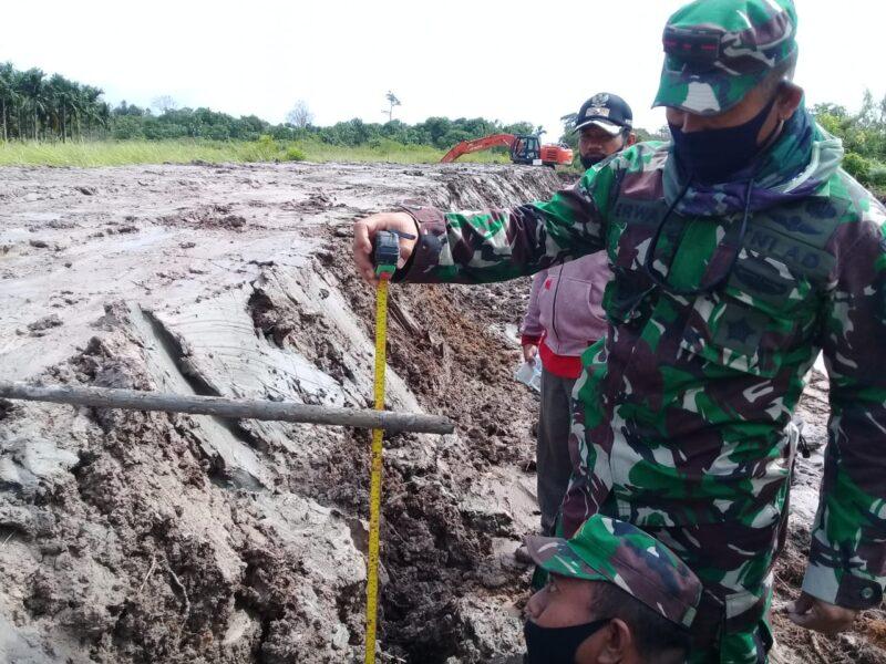 Dandim 0419/Tanjab, Letkol Inf Erwan Susanto Tengah Melakukan Pengukuran Tinggi Jalan, (Foto : Humas Dim Tjb)