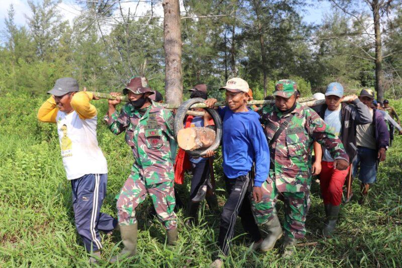 FOTO : Gotong Royong Babinsa dan Warga di Lokasi TMMD Kodim 0419/Tanjab di Desa Labuhan Pring, Kec. Sadu, Kab. Tanjab Timur.