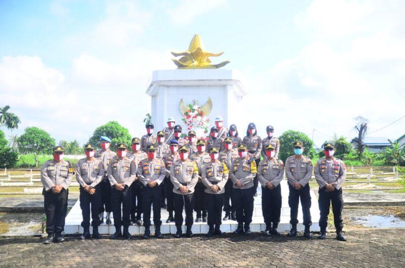 FOTO : Polres Tanjab Barat Saat Melaksanakan Upacara Ziarah dan Tabur Bunga di Makam Pahlawan Yudha Satria Pengabuan, Senin (29/06/20).