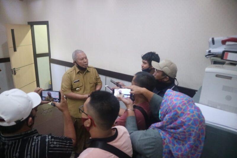 FOTO : Bupati Tanjab Barat H. Safrial Memberikan Keterangan Kepada Awak Media, Senin (29/06/20).