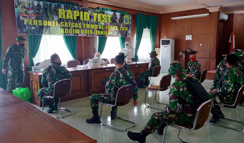FOTO : Pelaksanaan rapid test Terhadap 150 personel Kodim 0419/Tanjab yang tergabung dalam Satgas TNI Manunggal Membangun Desa (TMMD) ke-108 tahun 2020 di Desa labuhan Pring Kecamatan Sadu Kabupaten Tanjab Timur, Selasa (30/06/20).