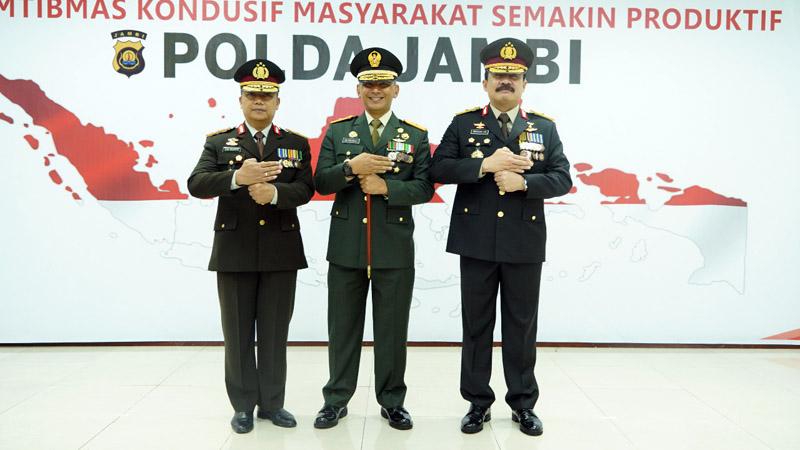 FOTO : Komandan Korem 042/Gapu Brigjen TNI M. Zulkifli Saat Menghadiri Upacara Hari Bayangkara ke 74 di Lantai 4 Gedung Utama Polda Jambi, Rabu (01/07/20).